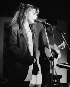 The Lighthouse Keepers, ANU Union, Canberra, 1983. Juliet Ward (vocals), Greg Appel (guitar) 'pling